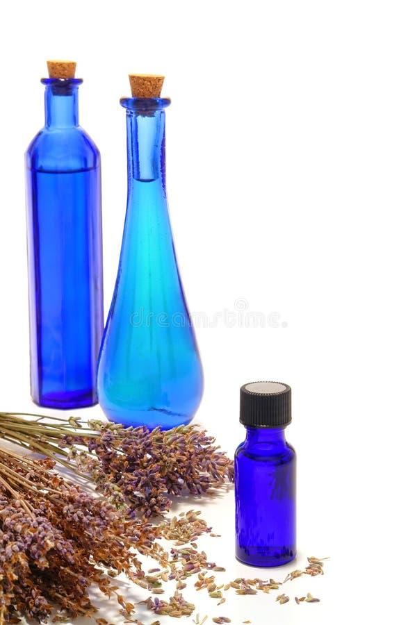 Aromatische wesentliches Schmieröl-Flaschen und Lavendel stockfoto