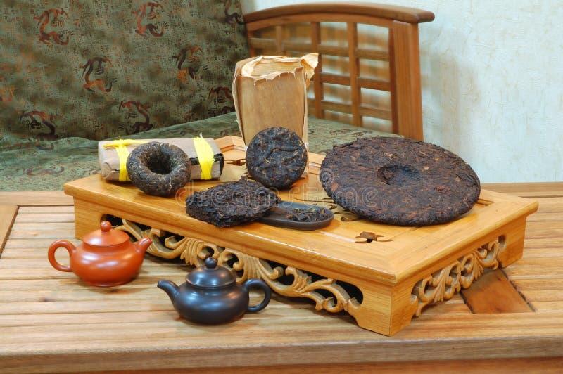 Aromatische zwarte theeblaadjes pu -pu-erh. royalty-vrije stock foto's