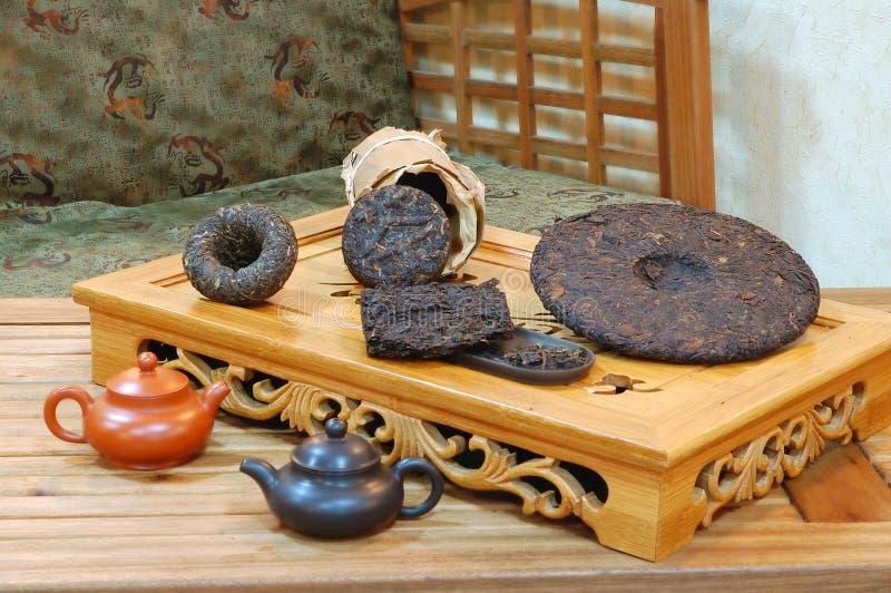 Aromatische zwarte theeblaadjes pu -pu-erh. stock afbeelding