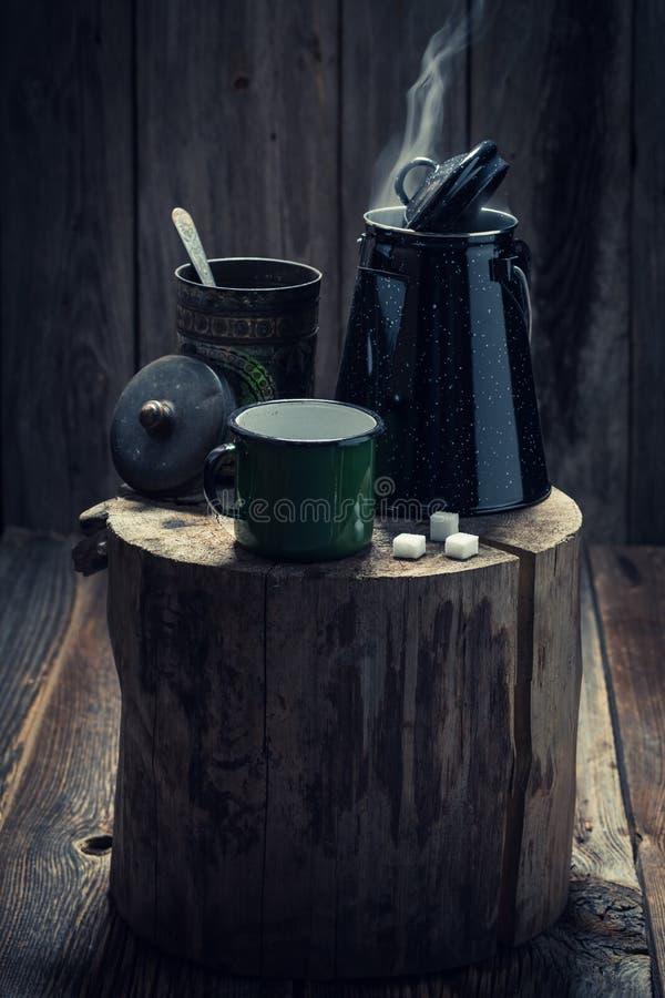 Aromatischer schwarzer Kaffee im kalten Winter im Stumpf lizenzfreies stockbild