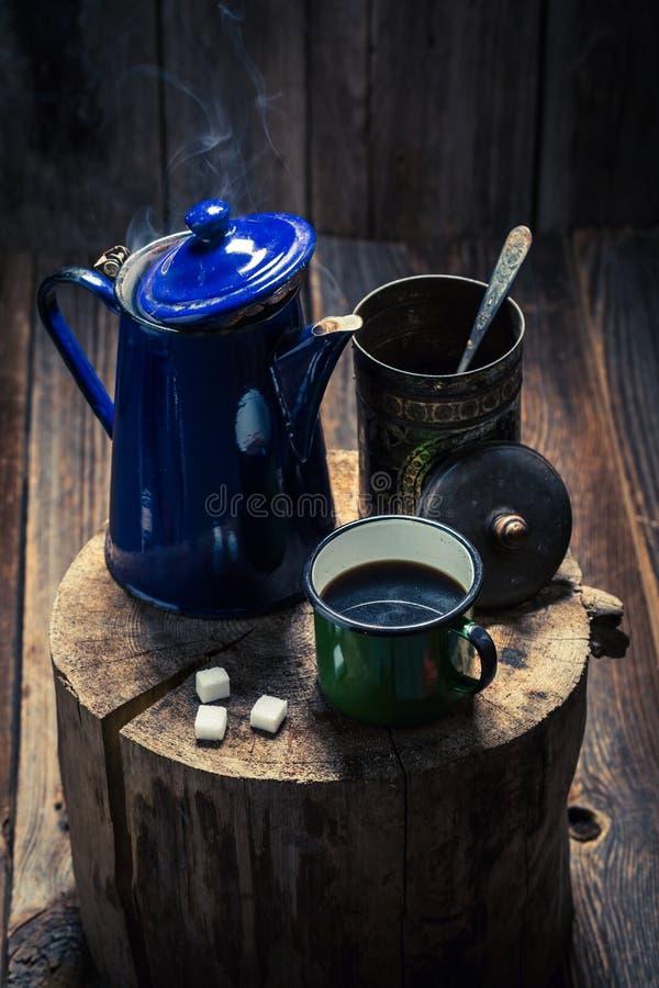 Aromatischer und heißer schwarzer Kaffee auf hölzernem Stumpf stockfotos