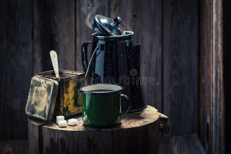 Aromatischer und heißer schwarzer Kaffee und Kaffeetopf lizenzfreies stockbild