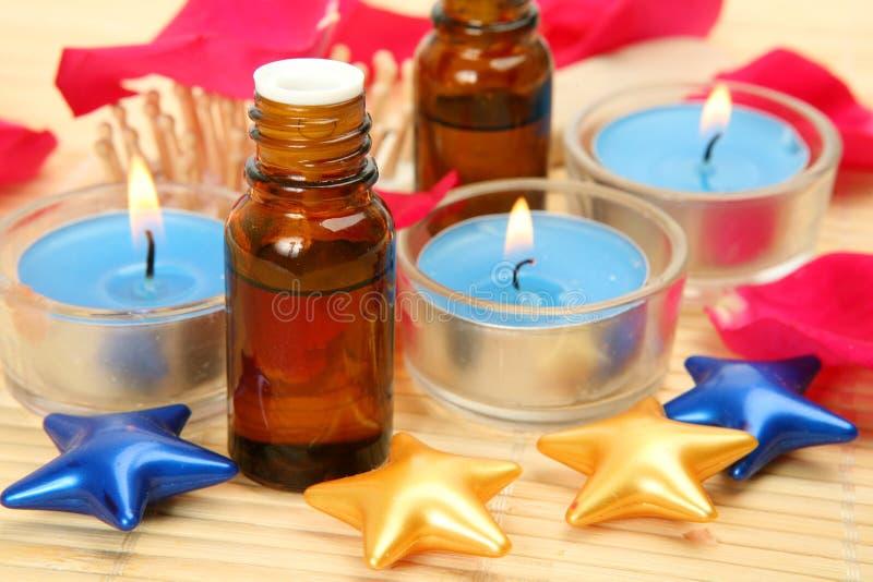 Aromatisches Schmieröl und Kerzen stockfotografie