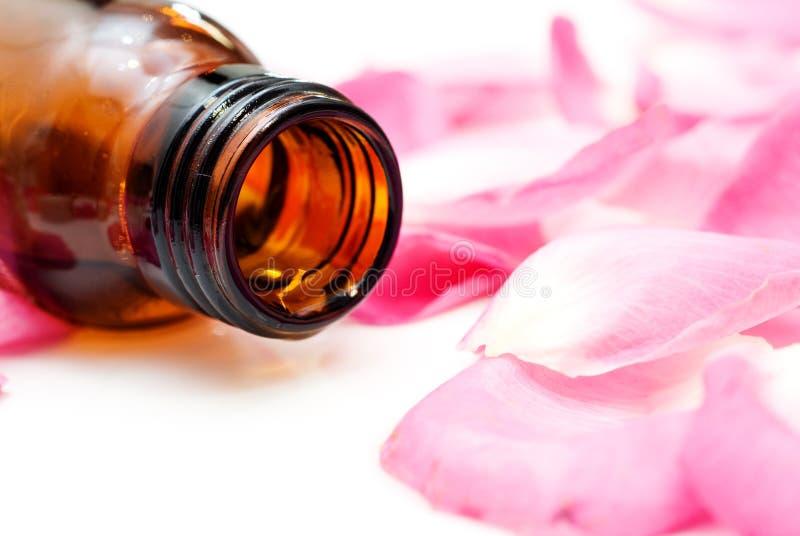 Aromatisches Schmieröl von den rosafarbenen Blumenblättern stockfotos