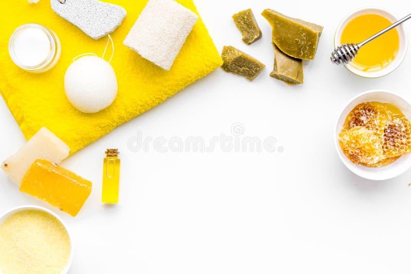 Aromatisches theraphy und empfindliche Hautpflege Badekurortsatz basiert auf Honig auf weißem Draufsicht-Kopienraum des Hintergru stockfoto