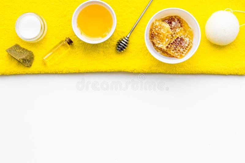 Aromatisches theraphy und empfindliche Hautpflege Badekurortsatz basiert auf Honig auf weißem Draufsicht-Kopienraum des Hintergru stockfotos