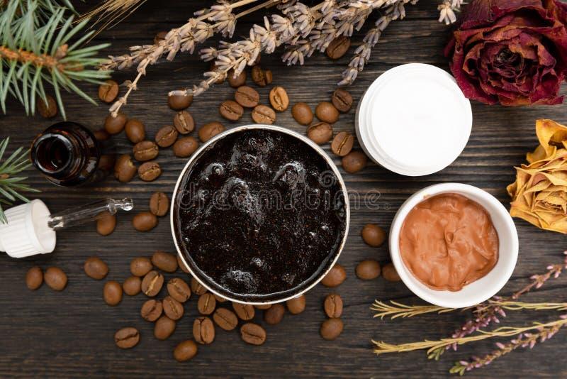 Aromatiska botaniska skönhetsmedel Den torkade örtblommablandningen, aromatiskt hemlagat skurar deg gjord från sump och oljor royaltyfria bilder