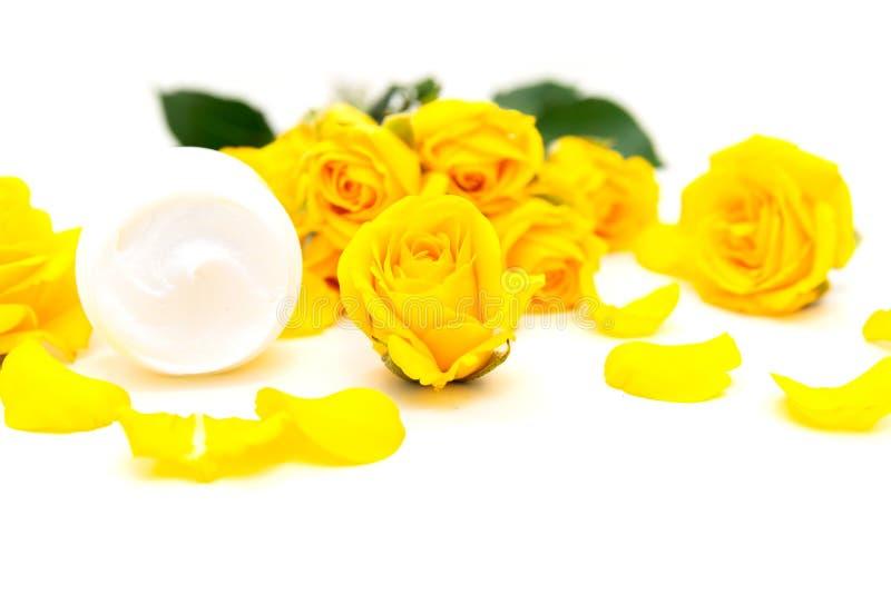 Aromatiska botaniska skönhetsmedel Skincare steg hem- brunnsortbehandling med gula kronblad, blomningen, naturlig framsidakräm fotografering för bildbyråer