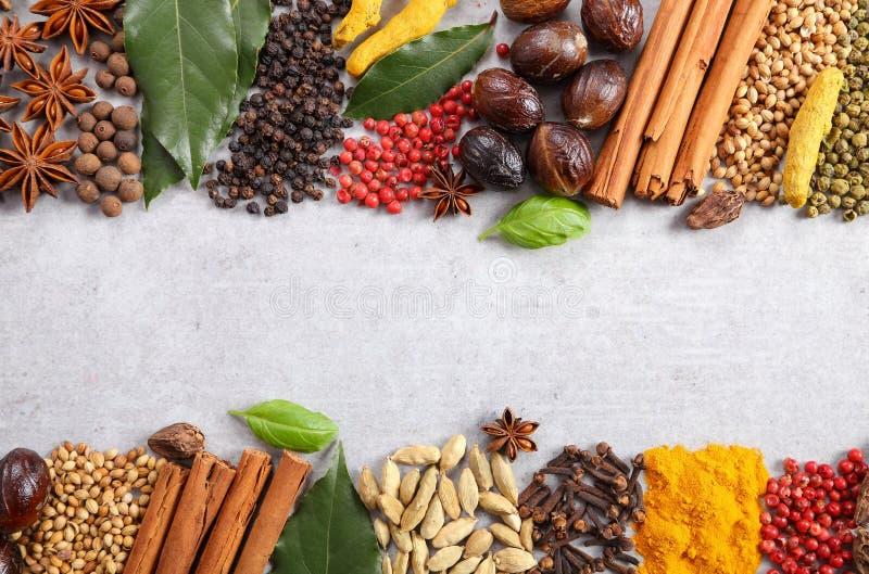 Aromatiska indierkryddor arkivfoto