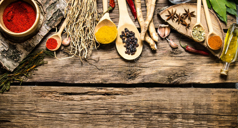 Aromatiska kryddor och örter på en lantlig bakgrund royaltyfri foto