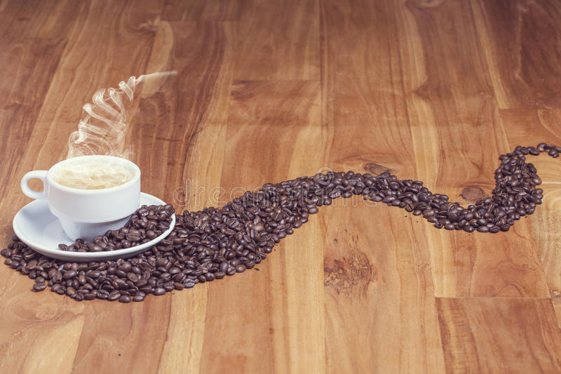 Aromatiskt kaffe på den trevliga tabellen fotografering för bildbyråer