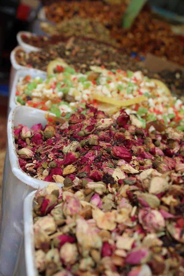 Aromatizzi il supporto ed il bocciolo di rosa secco nel mercato fotografia stock libera da diritti