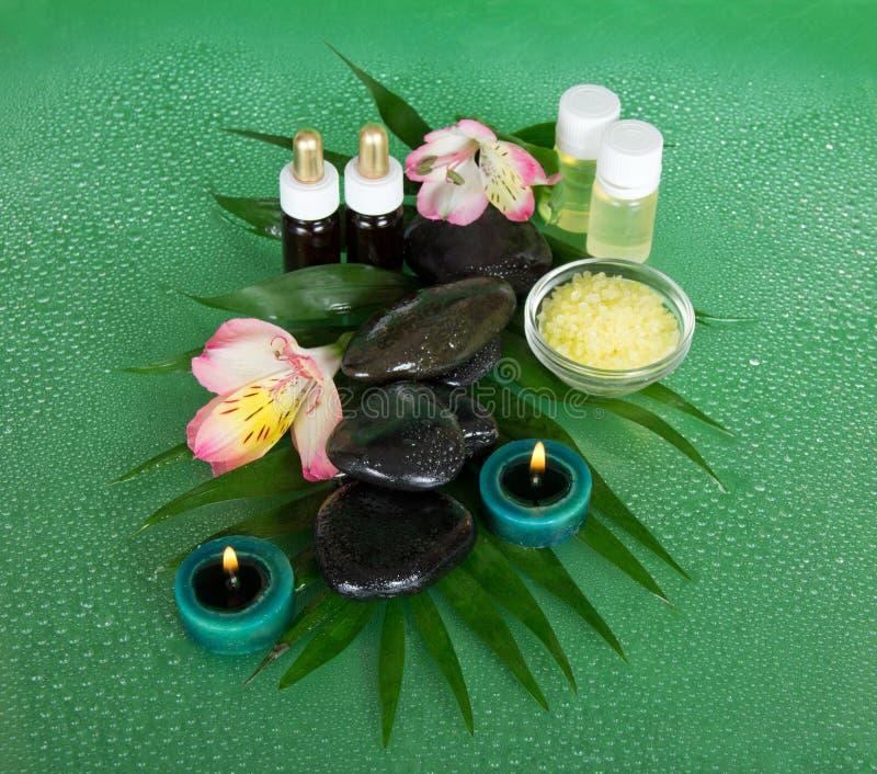 Download Aromatyczny Olej, Sól, świeczki, Kamienie I Kwiat, Obraz Stock - Obraz złożonej z ampuła, kwiat: 41951701