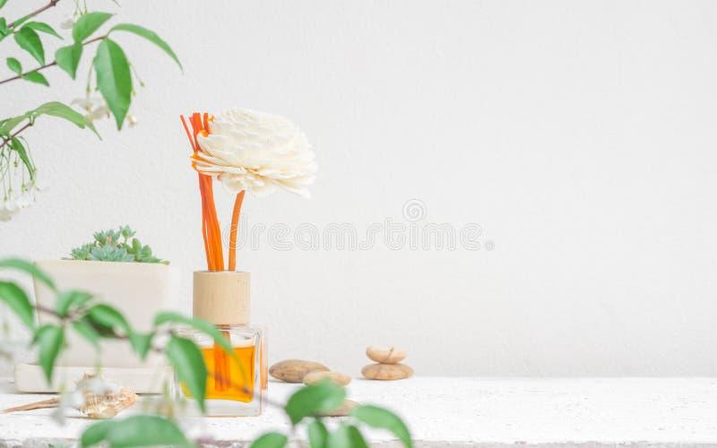 Aromatyczny trzcinowy freshener, woń dyfuzor Ustawiający butelka z aromatem wtyka trzcinowych dyfuzory na biel ściany tle i zamaz zdjęcia royalty free