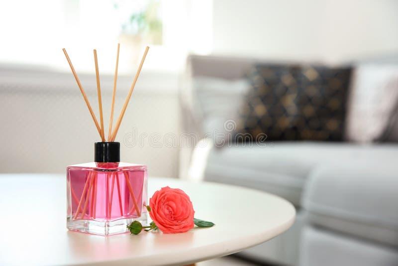 Aromatyczny trzcinowy lotniczy freshener i wzrastał na stole fotografia stock