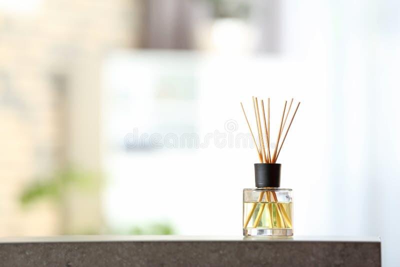 Aromatyczny trzcinowy lotniczy freshener na stole zdjęcie stock