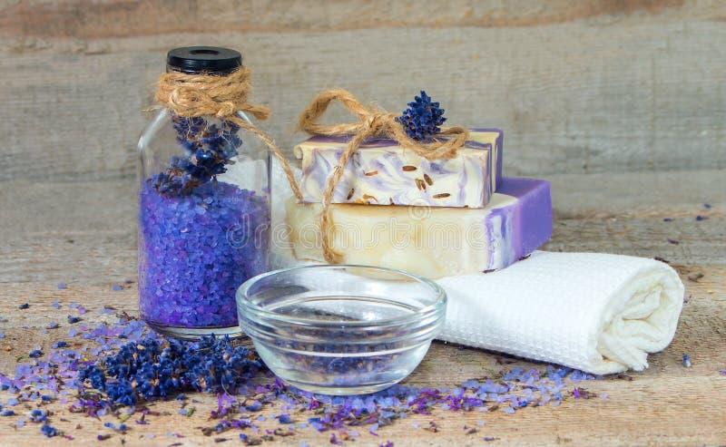 Aromazout, lavendelbloemen, met de hand gemaakte zeep stock foto's