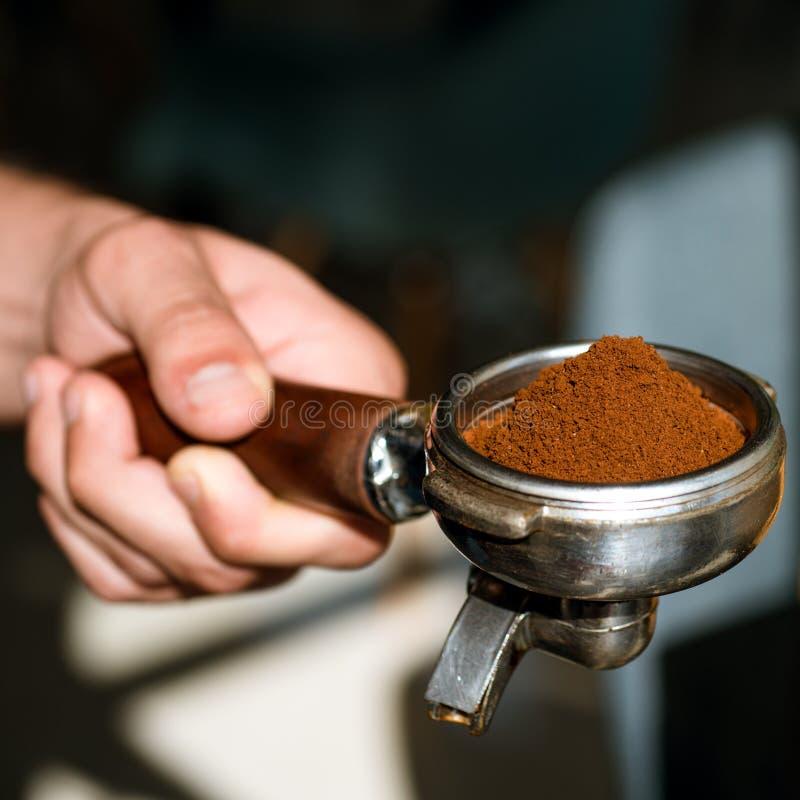 Arome au début de coup-de-pied et activer votre jour Le barman prépare le café d'expresso en café À café dans le café brassage photo stock