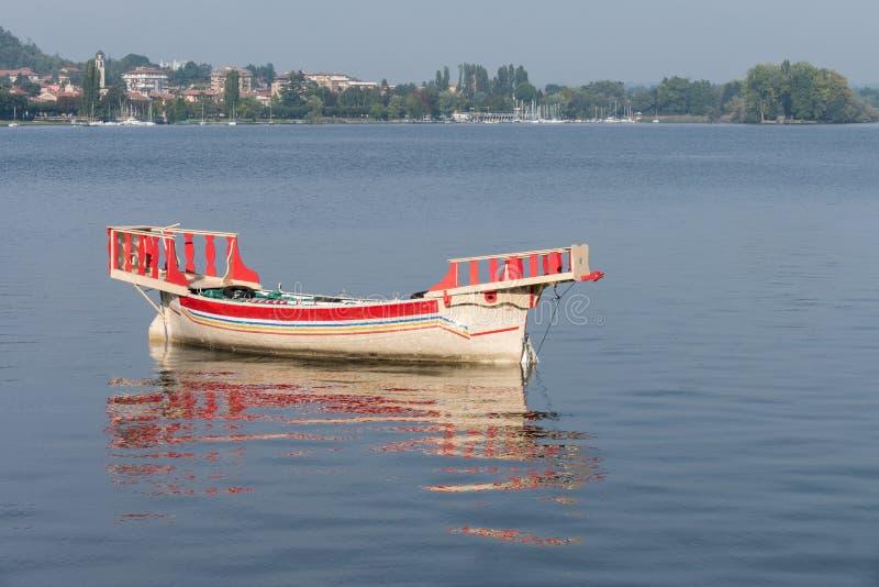 ARONA, ITALIA EUROPA - 17 DE SEPTIEMBRE: Barco tradicional en el lago mA imagenes de archivo