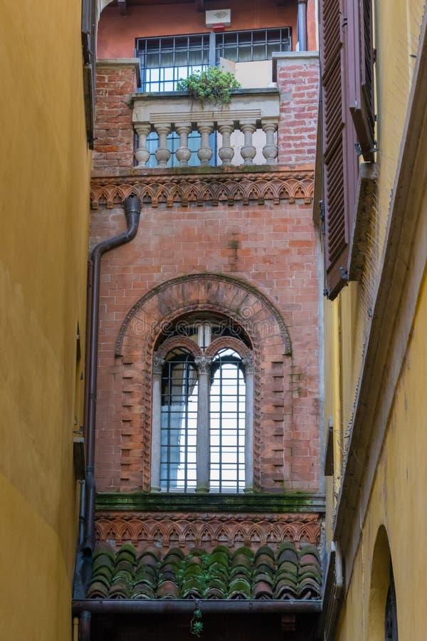 ARONA, ITALIA EUROPA - 17 DE SEPTIEMBRE: Edificio viejo en el lago arona imagen de archivo libre de regalías