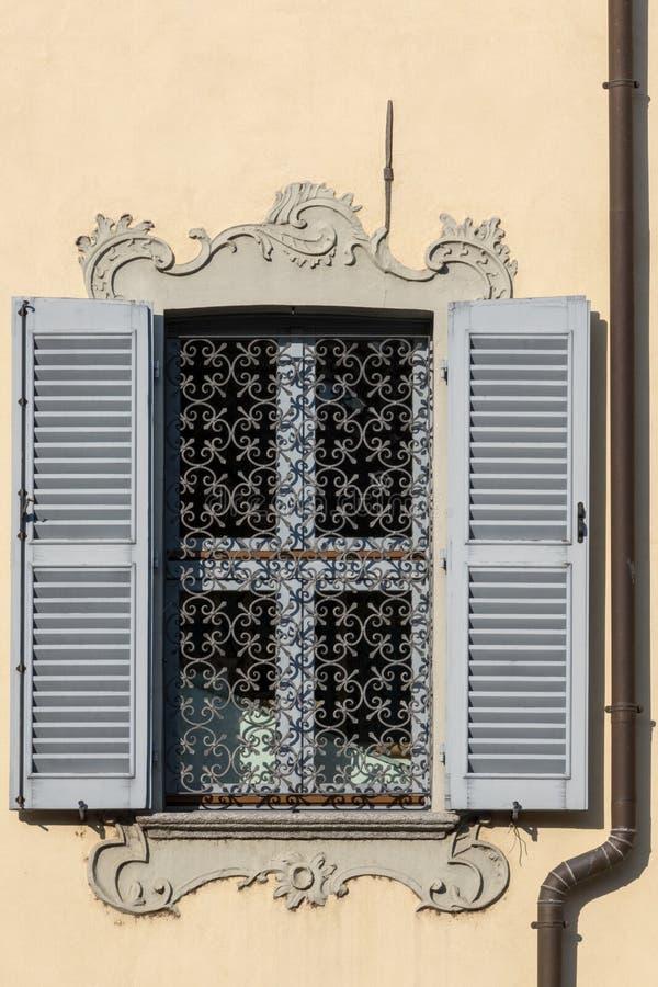 ARONA, ITALIA EUROPA - 17 DE SEPTIEMBRE: Ventana vieja en el lago mA arona fotos de archivo libres de regalías