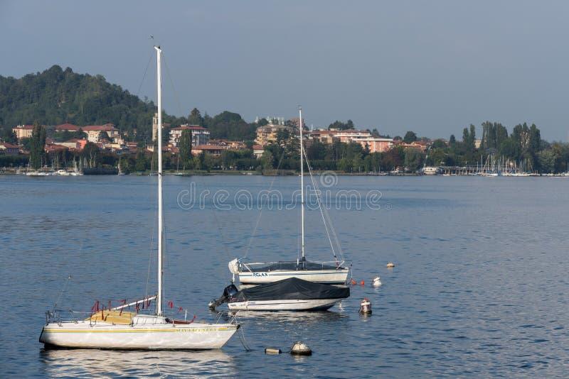 ARONA, ITALIA EUROPA - 17 DE SEPTIEMBRE: Yates amarrados en el lago arona fotografía de archivo