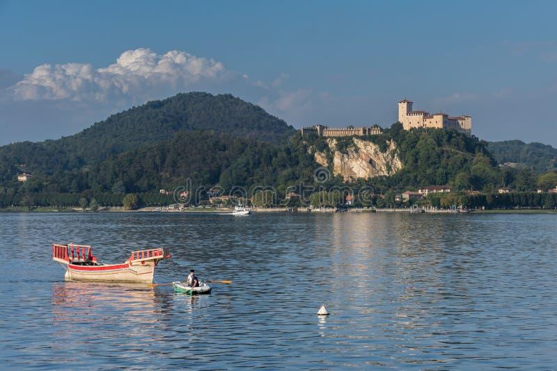 ARONA, ITALIA EUROPA - 17 SETTEMBRE: Imbarcazione a remi che tira un tradi fotografie stock