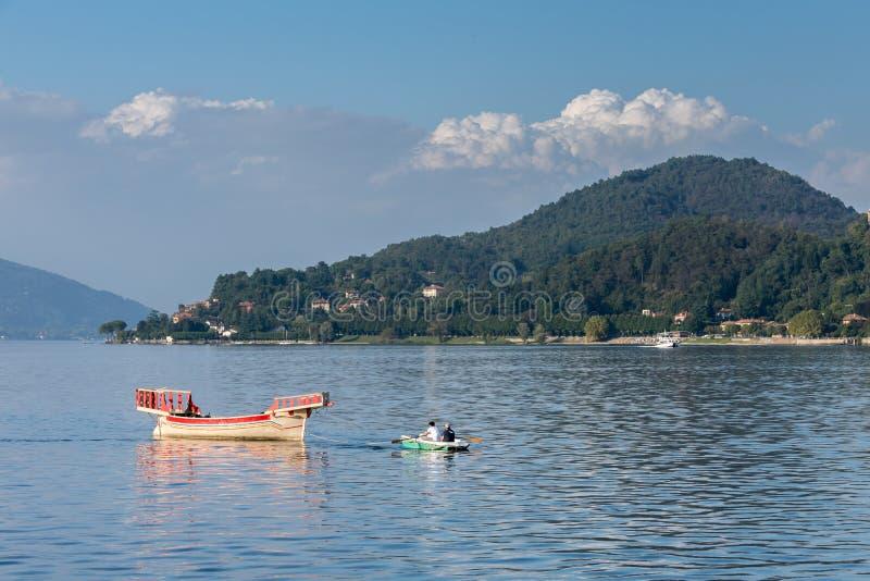 ARONA, ITALIA EUROPA - 17 SETTEMBRE: Imbarcazione a remi che tira un tradi fotografie stock libere da diritti