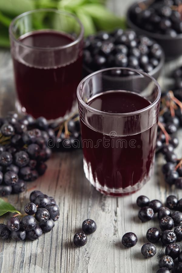 Aronia在表上的莓果汁 免版税图库摄影