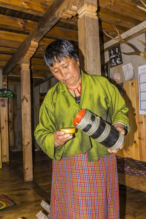 Aros butanesas do serviço da mulher fotografia de stock royalty free