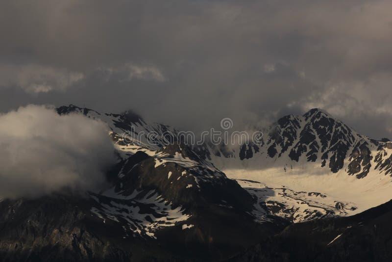 Aroser Rothorn visto de Obermutten, Suiza D?a de verano nublado fotos de archivo