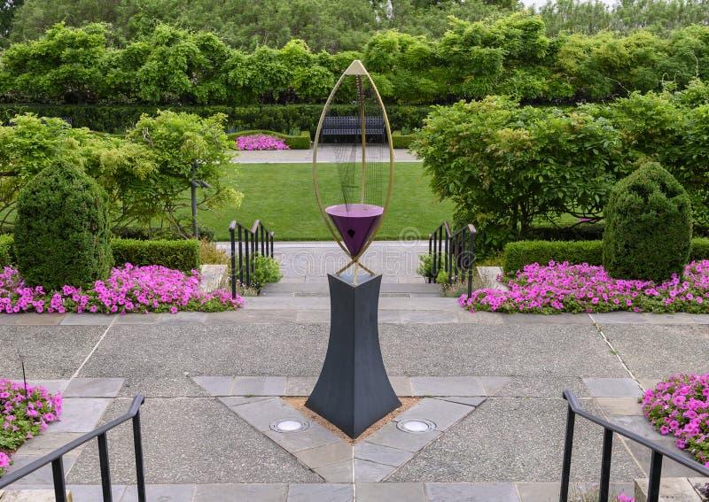 Arpa de viento del infinito III por Ross Barrable en el jardín de las mujeres, Dallas Arboretum y el jardín botánico fotografía de archivo