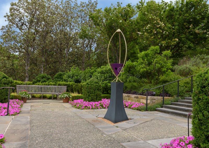 Arpa de viento del infinito III por Ross Barrable en el jard?n de las mujeres, Dallas Arboretum y el jard?n bot?nico fotos de archivo