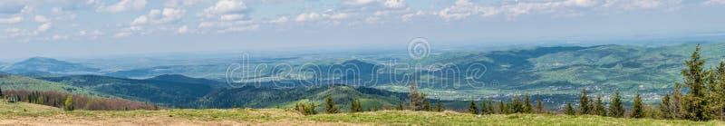 Arpathian berg av Ukraina i våren, panorama arkivbilder