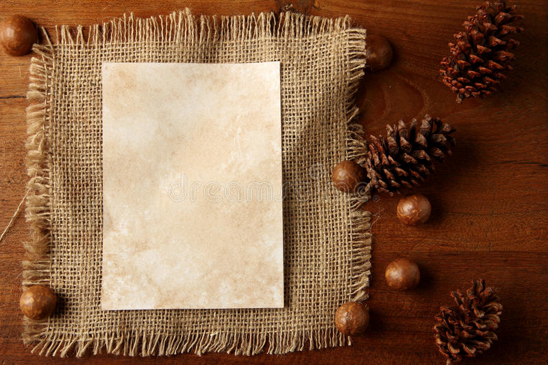 Arpillera de papel en tablero del teakwood fotografía de archivo