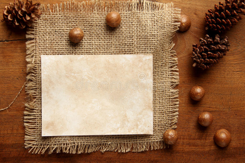 Arpillera de papel en tablero del teakwood foto de archivo