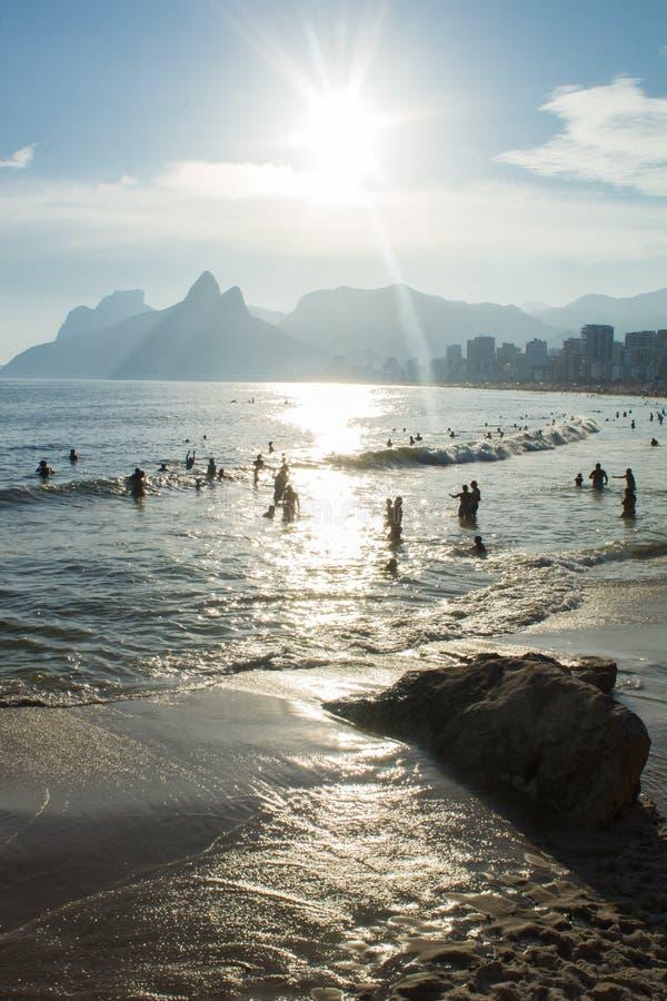 Arpoador strandkust i den Rio de Janeiro staden i solnedgångljus fotografering för bildbyråer