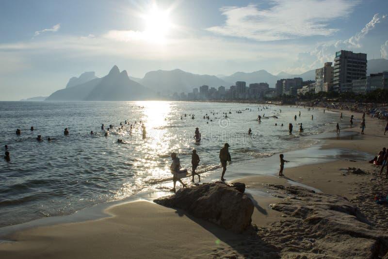 Arpoador strandkust i den Rio de Janeiro staden i solnedgångljus arkivfoton