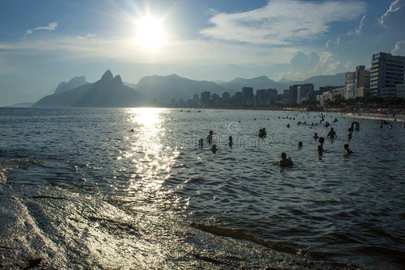 Arpoador strandkust i den Rio de Janeiro staden i solnedgångljus arkivbild