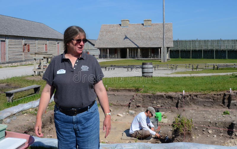 Arqueólogo Lynn Evans no forte Michilimackinac foto de stock royalty free