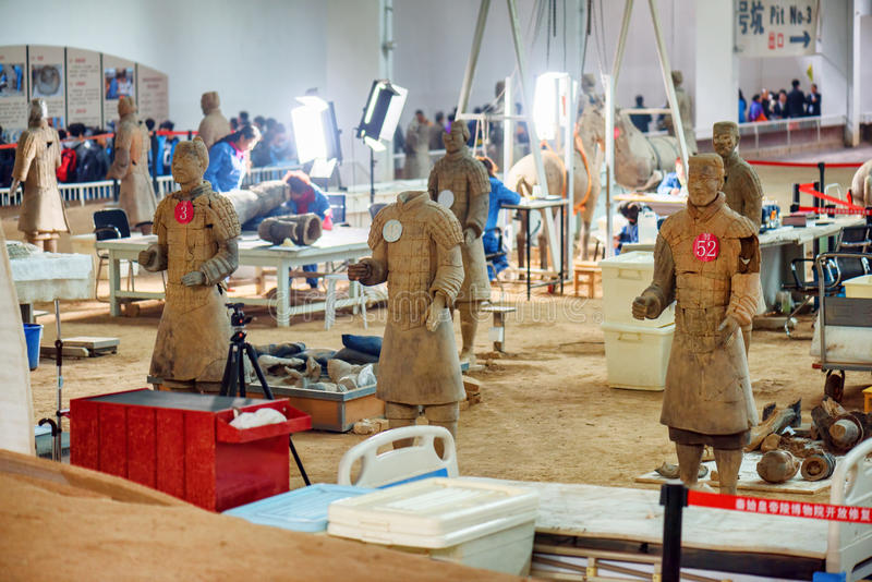 Arqueólogos que trabajan en el sitio de la excavación del ejército de la terracota fotos de archivo