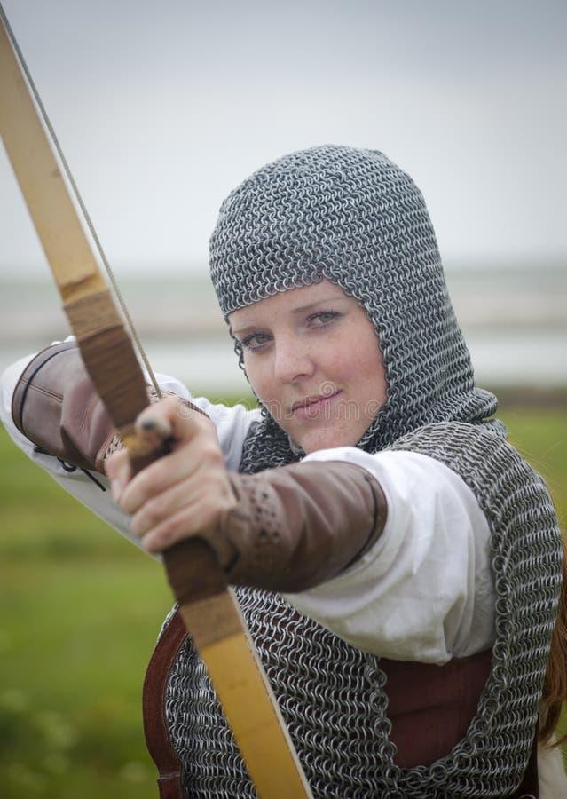 Arquea la mujer/la armadura medieval imagen de archivo