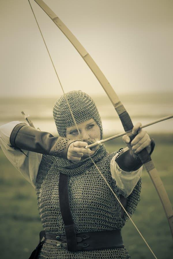 Arquea la mujer/la armadura medieval/la fractura retra entonada fotos de archivo libres de regalías