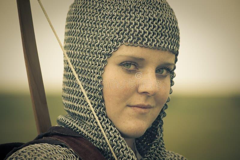 Arquea la mujer/la armadura medieval/la fractura retra entonada fotografía de archivo
