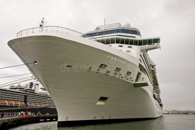 Arqueamiento Blanco Del Barco De Cruceros Implicado Imágenes de archivo libres de regalías