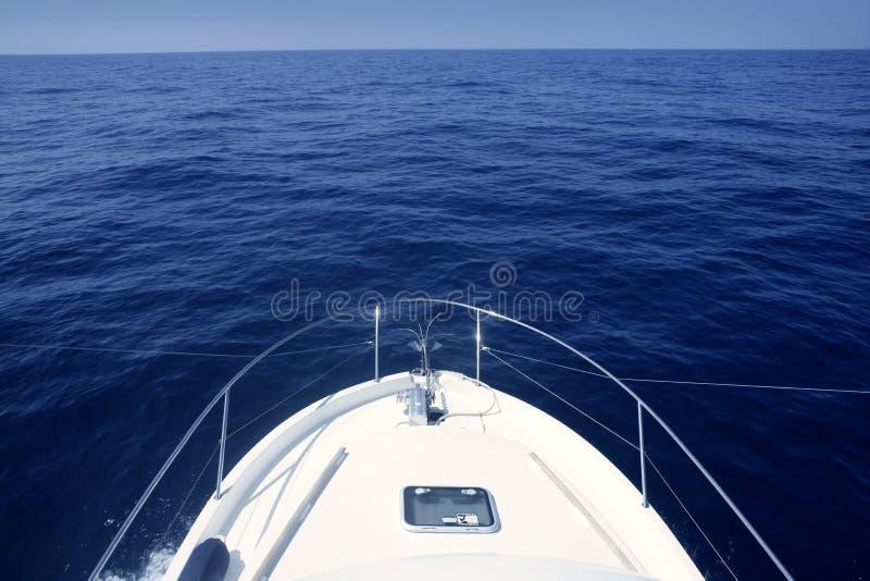Arqueamiento del barco blanco del yate cruing el mar azul fotos de archivo