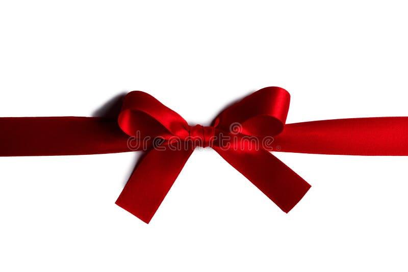 Arqueamiento rojo del regalo en blanco fotografía de archivo libre de regalías