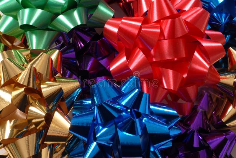 Arqueamientos coloridos de la Navidad que forman un fondo vivo fotos de archivo libres de regalías