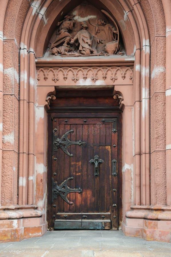 Arquee con la vieja entrada de madera de la puerta al templo imagenes de archivo