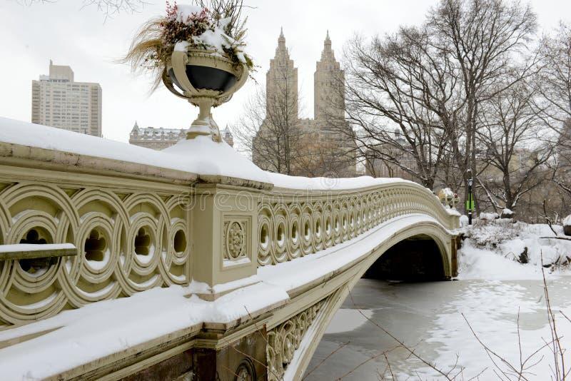 Arquee el puente, Central Park después de la nevada, Nueva York imágenes de archivo libres de regalías